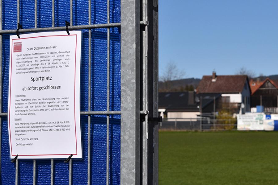 Geschlossener Sportplatz in Zeiten der Corona Pandemie. (Bild: User Migebert, Wikimedia Commons, CC BY-SA 3.0)